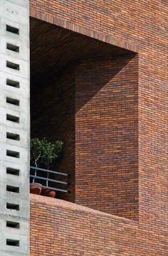Concrete - Brick / Building of Construction Engineering Disciplinary Organization / Dayastudio + Nextoffice Brick Design, Facade Design, Building Facade, Building Design, Brick Detail, Brick Construction, Architectural Materials, Brick Texture, Brick Architecture
