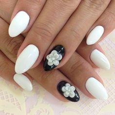 weißer Nagellack mit Schwarz und Blumemuster