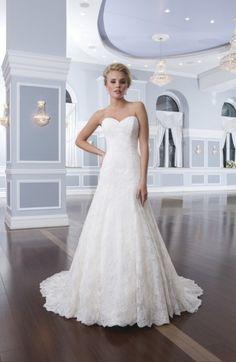 Wunderschönes, elegantes, cremefarbenes, bodenlanges und trägerloses Brautkleid mit Spitze von Lillian West - Modelnummer 6293 - Jetzt ansehen in der weddix Brautkleider-Galerie