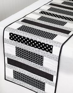 56 ideas for patchwork table runner pattern Patchwork Table Runner, Table Runner And Placemats, Table Runner Pattern, Plus Forte Table Matelassés, Modern Table Runners, Black And White Quilts, Black White, Place Mats Quilted, Quilted Table Toppers