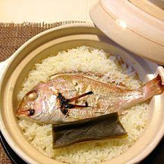 もらいものの鯛を、塩と昆布と水のみで炊き込みご飯にしました^_^ はじめて、土鍋でご飯を炊きました^_^ ほかほかのご飯と鯛のダシで、シンプルだけど、おいしかったです✨ お焦げも最高でした( ´ ▽ ` )ノ - 142件のもぐもぐ - 土鍋で鯛めし by matuodx