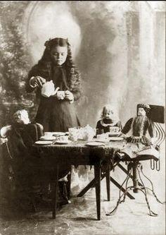 A girl with an antique doll Tyttö ja antiikki nukke Vintage Children Photos, Vintage Girls, Vintage Tea, Vintage Pictures, Old Pictures, Vintage Images, Old Photos, Party Pictures, Vintage Postcards