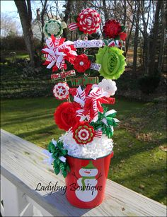 Christmas Hair Bow Pin Bouquet- how cute is this- variations depending on theme/season and types of clips on display/sold. Christmas Hair Bows, Christmas Holidays, Christmas Crafts, Xmas, Diy Hair Bows, Bow Hair Clips, Bow Bouquet, Bow Display, Craft Fair Displays