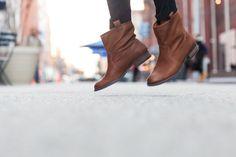 < flat boots >