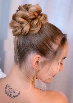 Just visit here to see so many amazing trends of high bun hairstyles to consider in 2020. This beautiful hairstyle in really amazing option for modern ladies to wear on their special occasions. We recommend you to choose this perfect hair style just to get unique look in year 2020. High Bun Hairstyles, Vintage Hairstyles, Wedding Hairstyles, Bun Updo, Updo Hairstyle, Bleached Hair Repair, Bun Pins, Knot Braid, Ballroom Hair