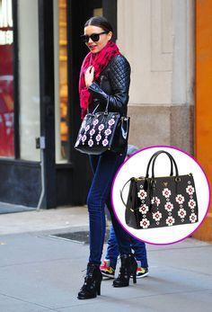 Los accesorios must de las celebridades: Miranda Kerr con un bolso de flores, de la colección primavera / verano 2013 de Prada.