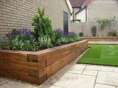 There are many reasons why a garden edging should be part of your garden. First of all, it serves to beautify the lawn, then it keeps animals (modern garden beds) Back Gardens, Outdoor Gardens, Small Front Gardens, Rustic Gardens, Wooden Garden Edging, Border Garden, Landscape Design, Garden Design, Wood Landscape Edging