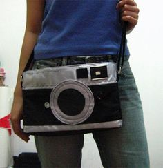 A leica camera bag, like the post title says . Make a messenger bag in under 120 minutes by sewing with fabric and sewing machine. Creation posted by Myam. Rangefinder Camera, Leica Camera, Creative Bag, Couture Sewing, Pouch, Wallet, Fabric Bags, Diy Accessories, Handmade Bags
