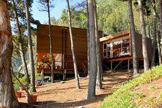 Casa Laguna Verde. Ideada por Altamirano Armanet Arquitectos y Carlos Bisbal, la construcción tiene más de 135 metros cuadrados construidos en un terreno de 359 metros. La casa es la segunda vivienda de veraneo o fin de semana y se levanta en un terreno escarpado en el borde costero.