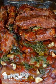 Retete gustoase si garnisite: Coaste afumate la cuptor (cu sos) Romanian Food, Pork Recipes, Curry, Good Food, Goodies, Food And Drink, Menu, Lunch, Vegan