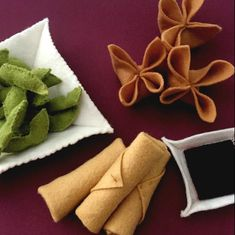 Every felt chef needs a good selection of appetizers on his or her menu. Help fill out the menu with these Asian inspired felt food starters. All of these are super fast and easy to make and add a … Felt Crafts Diy, Food Crafts, Crafts For Kids, Kids Play Food, Felt Play Food, Children Play, Felt Food Patterns, Loom Patterns, Felt Toys