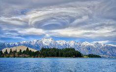 ニュージーランド南島の内陸でみられた見事な渦状のレンズ雲の写真。 smu.gs/29Sbi7c 周囲の雲、少し冠雪した山、および青い湖面も印象的。地元の Trey Ratcliff 氏が撮影。via @uthorb pic.twitter.com/sFVH6S3sGlustoms.com