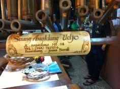 Saung Angklung Udjo, melihat cara membuat hingga memainkan angklung langsung di sanggarnya yang asri. (c) tripsadvisor