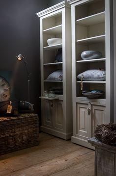 mooie styling-tip: 2 smalle hoge kasten naast elkaar. Mooi die donkere kleur op de muur erbij. Advies en Interieur