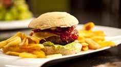 Hjemmelaget hamburger og brød med BBQ-saus à la «Hobbykokken»