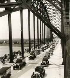 De (toenmalige) grootste boogbrug van Europa: de Waalbrug bij Nijmegen, kort na de opening. Twee rijen auto's en links de fietsers. Nijmegen, Nederland, 1936.