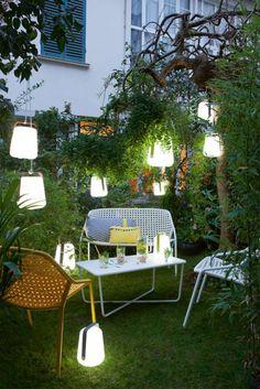 Lampe Balad - Fermob. Grande nouveauté chez Fermob, Balad est une lampe nomade en polyéthylène et aluminium. Sans fil et tout en rondeur, elle vous accompagnera de l'intérieur vers l'extérieur et inversement et saura créer une atmosphère tamisée dans une pièce ou lors de vos repas estivaux sur la terrasse. Pratique, sa poignée en aluminium coloré permet de la transporter ou de la suspendre facilement à un arbre.