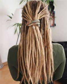 Female dreadlocks: 70 options for non-standard images - Frisur Ideen Dread Braids, Dreadlocks Girl, Braids For Short Hair, Short Hair Styles, Blonde Dreads Girl, Pelo Rasta, Rasta Hair, Dreadlock Hairstyles, Braided Hairstyles