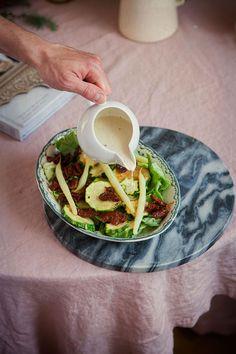Dania na leniwe lato: sałatka z sosem z tahini – White Plate
