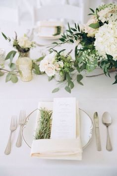 This tablescape is so elegant.