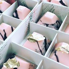 Chocolats marbrés recouverts de feuilles d'or
