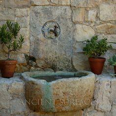 Fuente de piedra caliza mediterránea