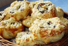 Aké smiešne slovo pre koláče, ale pre vynikajúce koláče! Koláčiky sú veľmi jednoduché, podobajú sa na moravské koláče. Vzhľadom pripomínajú tie klasické, kysnuté, ale sú upečené z lístkového cesta.