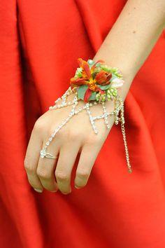 prom-corsage-buttonhole-ideas-guide-how-to-glue-wire-a-corsage-buttonhole-florist-magazine7