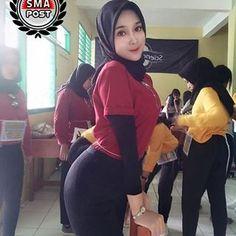 Gambar mungkin berisi: satu orang atau lebih dan orang berdiri Beautiful Hijab Girl, Beautiful Muslim Women, Beautiful Asian Girls, Arab Girls Hijab, Girl Hijab, Hijab Outfit, Fashion Drug, Muslim Fashion, New Fashion