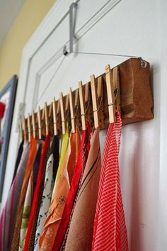Scarf storage ideas // DIY // The Prettiest Organizational Hacks for Every Room in Your Home via Brit + Co. storage The Prettiest Organizational Hacks for Every Room in Your Home Dressing Pas Cher, Diy Dressing, Scarf Display, Sock Display, Headband Display, Ladder Display, Belt Display, Fabric Display, Scarf Storage