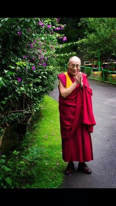 One day I want to sit with the Dalai Lama. He exudes so much peace. His Holiness the Dalai Lama. Forced out of Tibet by the Chinese, now living in India. Dharamsala, Buddha Buddhism, Tibetan Buddhism, Buddhist Meditation, Meditation Retreat, Buddhist Monk, Buddhist Art, 14th Dalai Lama, Tibet