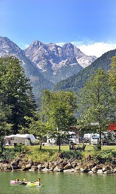 Campingplatz Park Grubhof an der Saalach vor traumhafter Bergkulisse Camping Park Grubhof on the Saalach in front of a fantastic mountain scenery Bell Tent Camping, Camping Glamping, Campsite, Outdoor Camping, Camping Outdoors, Camping Am See, Camping Places, Beach Hacks, Festival Camping