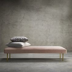 Pink velvet + brass = très chic! ❤❤❤ Daybed from @tinekhome . . . #design #scandinaviandesign #nordicdesign #danishdesign #designinspo #designinspiration #interior #interiors #interiordesign #interiorinspo #interiorinspiration #interior123 #interior4you #passion4interior #homedesign #homedecor #daybed #velvet #pink #pinklover #millennialpink #interiorblog