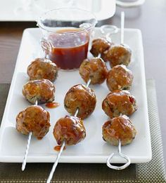 Easy Party Meatballs- like the presentation.meatballs on wooden skewers & tiny cups available from. Finger Food Appetizers, Yummy Appetizers, Appetizers For Party, Finger Foods, Appetizer Recipes, Party Food Meatballs, Turkey Meatballs, Albondigas, I Love Food