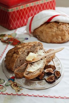 Selbstgemachtes Brot aus Dinkel mit Walnuss und getrockneten Feigen  | http://eatsmarter.de/rezepte/selbstgemachtes-brot-aus-dinkel