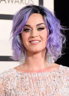 Katy Perry surge com os cabelos roxos no Grammy
