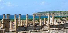 La antigua ciudad romana de Baelo Claudia está situada en la ensenada de Bolonia,  a unos 22 km al noroeste de la ciudad de Tarifa, en la provincia de Cádiz