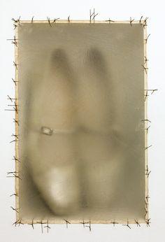 """Doris Salcedo - """"Atrabiliarios"""" (saplāksnis,govs urīnpūslis,ķirurģiskie diegi,kurpes),1993.g.Tēlniece dzimusi un strādā Kolumbijā. Darbos atspoguļo personiskās sēras,psiholoģiskās traumas,zaudējumus.Viņas ģimenes locekļi bija starp daudzajiem,kas pazuda bez vēsts politisko nemieru plosītajā Kolumbijā.Runā par izvēli starp piemiņu saglabāšanu vai pilnīgi aizmiršanu.Izmanto sadzīves priekšmetus-kurpes,krēslus un pārveido tos par memoriāliem Kolumbijas pilsoņu kara upuriem un bezvēsts…"""