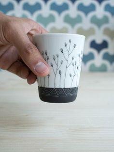 Gobelet en porcelaine, peint à la main, motif minimaliste, fleurs sauvages, moderne, graphique - Boutique Etsy Chaleur urbaine #DifferenceMakesUs  @etsyfr