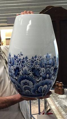 heinen delfts blauw - Google zoeken Blue Flower Tattoos, Blue And White Vase, Blue Pottery, Blue Plates, Blue China, Ceramic Painting, Little White, Blue Design, Delft