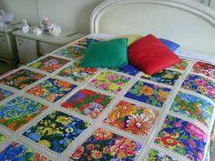 Made with 56 frames chitão each other sewn with income. Beautiful, and a great inspiration. Patch Quilt, Quilt Blocks, Indian Embroidery, Hand Embroidery, Quilted Table Runners, Crochet Squares, Bed Spreads, Bedding Sets, Quilt Patterns