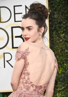Lily Collins' Golden Globes 2017 Dress Makes Her Look Like a Princess!: Photo The red carpet only just started at the 2017 Golden Globe Awards, but we already know that Lily Collins will be on the best dressed list tonight! Lily Collins Golden Globes 2017, Celebrities Hairstyles, Celebrities Tattoos, Girl Crushes, Lily Collins Hair, Photo Portrait, Ashley Green, Glamour, Pink Makeup