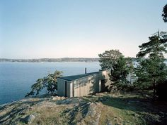 The Kråkmora Holmar house is a vacation retreat, in the Stockholm archipelago, for a young family. Small Summer House, Stockholm Archipelago, Summer Cabins, Journal Du Design, Retreat House, Timber Buildings, Beach Shack, Island Beach, Maine House