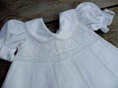 Lindo vestido em renascença branco e detalhes em cambraia branca bordada à mão, com vestido/forro tipo combinação em cambraia 100% algodão.   Tamanhos:   P: 0 - 6 meses: R$ 315,00 M: 6 - 12 meses: R$ 350,00 G: 12 a 18 meses: R$ 380,00  O vestido de renascença é solto do vestido de cambraia de algodão, que tem a golinha e as mangas, conforme fotos. O fechamento de cada um deles é nas costas, com um botão pequenino. Pode ser usado separadamente.   ESTE PRODUTO é FEITO POR ENCOMENDA, TEMOS ...