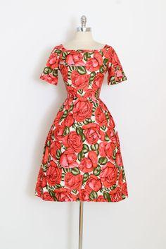➳ vintage jaren 1950 jurk  * prachtig helder rose bloemen * geweven katoen * oversize steeg afdrukken * gaas bekleed rok * metalen terug rits * door het hart van Fashiuon Wendy  voorwaarde | Uitstekend  past als xs/s  lengte 41.5 bodice 16.5 buste 34-36 taille 24 toelage van het bovenlijfje 2 Zoom in broeikasgasuitstootrechten 3,5-inch  ➳ Winkel http://www.etsy.com/shop/millstreetvintage?ref=si_shop  ➳ Winkel beleid http://www.etsy.com/shop/mi...