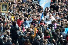 Francisco presidió su primera misa de Pascua; tras la ceremonia, saludó a los fieles en la Plaza San Pedro. Foto:AFP