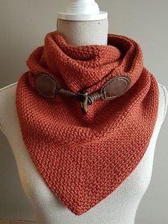 crochet moss stitch triangle scarf with button pattern by Joke Decorte
