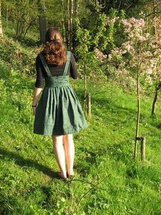 Sewing Dresses Green pleated pinafore dress from old curtains - by mollteaser on Craftster. Small, text-only tutorial. Diy Clothing, Sewing Clothes, Dress Sewing, Fashion Sewing, Diy Fashion, Womens Fashion, Skirt Tutorial, Tutorial Sewing, Dress Tutorials