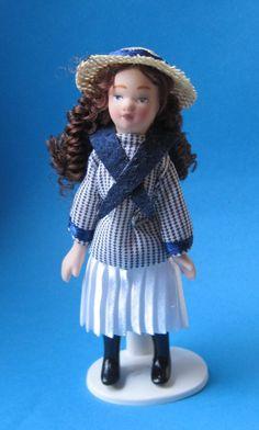 Mädchen im Matrosenkleid mit Hut Puppe für Puppenhaus Miniatur 1:12   c269532