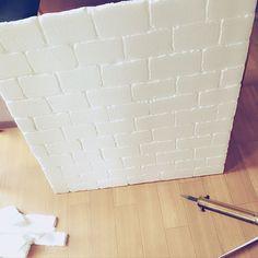 """手作りで発泡スチロールからレンガ調の壁を作って壁面に貼る""""発泡スチロールレンガ""""をご存知ですか?トレンドの西海岸風やブルックリン風、アンティークやナチュラルなどさまざまなスタイルに合わせてDIYすることができます。発泡スチロールレンガを使った実例と発泡スチロールレンガの作り方を紹介します♪"""